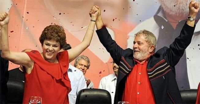 O presidente Luiz Inácio Lula da Silva (d) e a Ministra-Chefe da Casa Civil, Dilma Rousseff, comemoram a oficialização da pré-candidatura dela à Presidência da República (Foto: AFP)