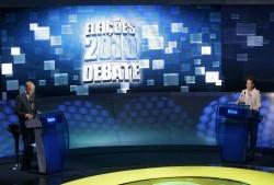 Candidatos durante o primeiro debate do segundo turno das Eleições 2010, nos estúdios da TV Bandeirantes (Foto: Nelson Antoine/Fotoarena)