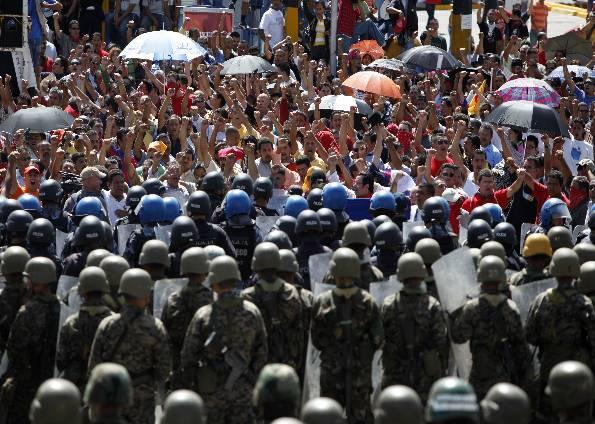Manifestantes vão ao aeroporto de Honduras para apoiar o retorno de Zelaya (Foto: Eduardo Verdugo/AP)