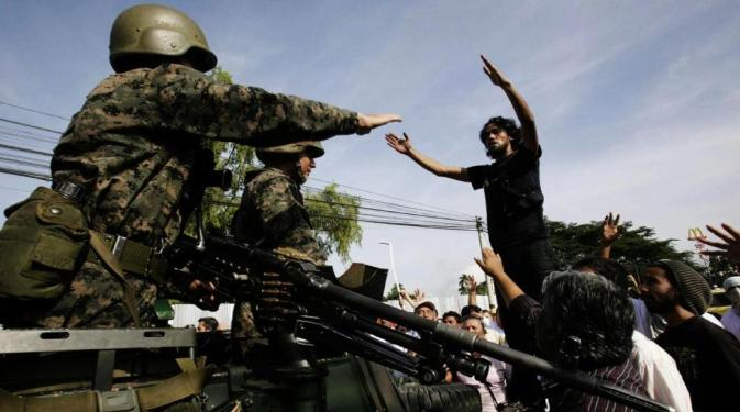 No domingo, simpatizantes do governo tentaram bloquear as ruas para impedir que veículos militares chegassem à casa do presidente constitucional Zelaya (Foto: Reuters)