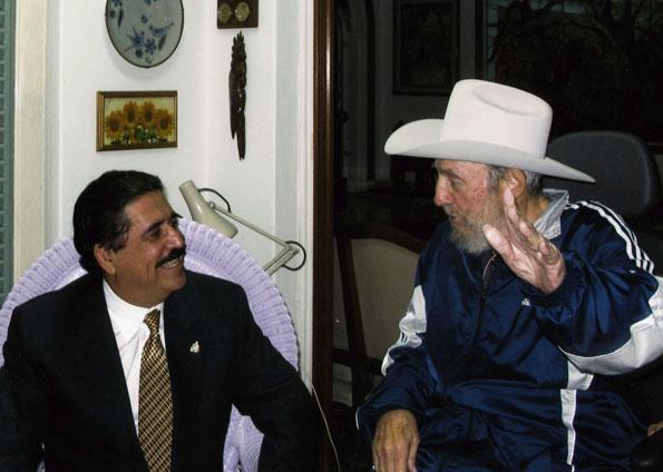 O líder cubano Fidel Castro, de chapéu, ao lado do presidente constitucional de Honduras, Manuel Zelaya, em foto tirada em 4 de março (Foto: Reuters)