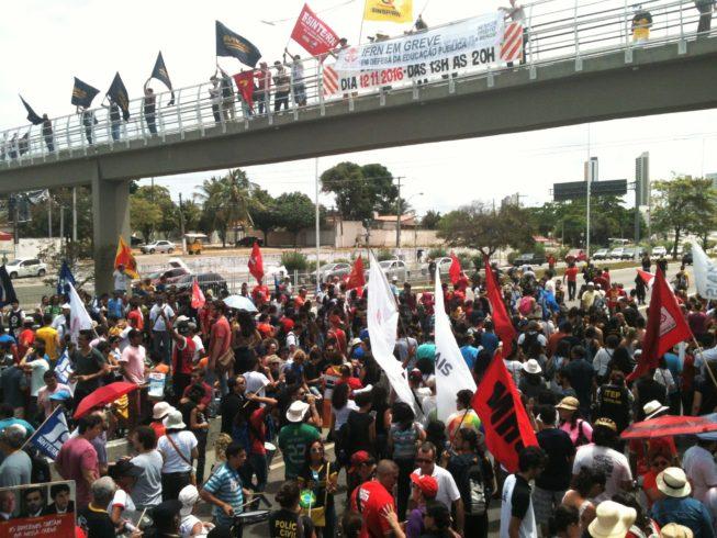 Trabalhadores e estudantes tomaram às ruas de Natal em Marcha Unificada contra a PEC 55 (Foto: Isaac Ribeiro)
