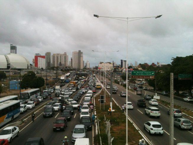 Manifestantes pararam a BR-101, em Natal, no sentido Centro-Zona Sul, durante 30 minutos (Foto: Isaac Ribeiro)