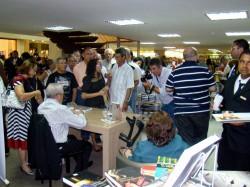 Muito concorrido, o lançamento seguiu em clima de entusiasmo até o último autógrafo (Foto: Isaac Ribeiro/Divulgação)