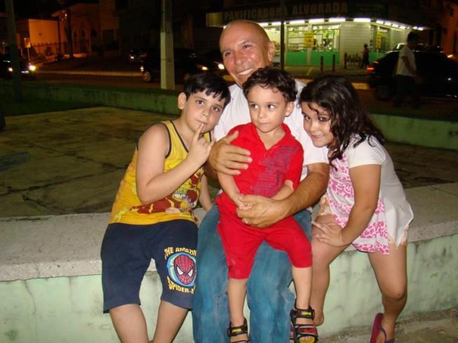Wilson Meira Xavier e três dos seus nove filhos, Arthur, Pedrinho e Carol, na Praça Augusto Leite, a poucos metros da Cidade da Criança (Foto: Isaac Ribeiro/Fotec)